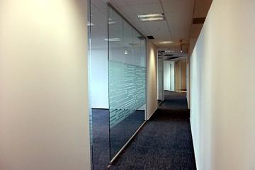 Compartimentare birou cu sticla sablata securizata