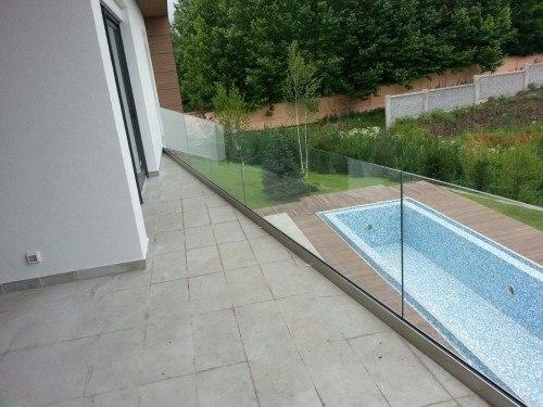 Balustrada din sticla pe terasa, cu priveliste spre piscina