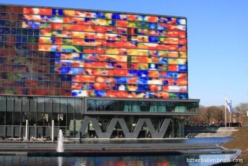 Institutul Olandez Pentru Sunet si Imagine cu fatada de sticla colorata