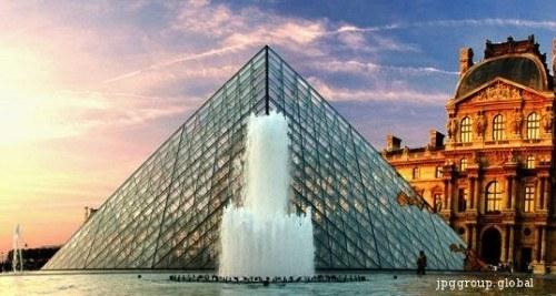 Piramida din sticla de la Luvru