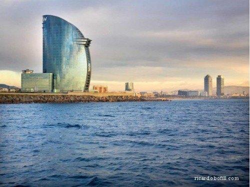 W Hotel Barcelona structura din sticla care reflecta cerul si marea