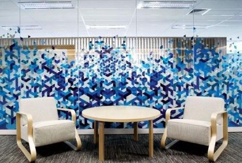 Forme geometrice albastre pe peretele din sticla