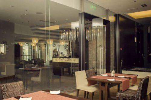 Amenajare cu pereti din sticla securizata pentru restaurant