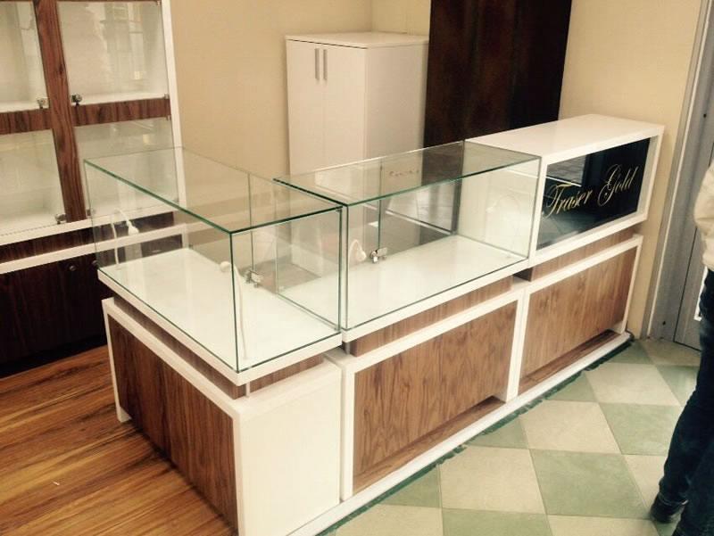 vitrina din sticla pentru afisare produse in spatii comerciale