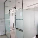 perete sticla sablata pentru intimitate