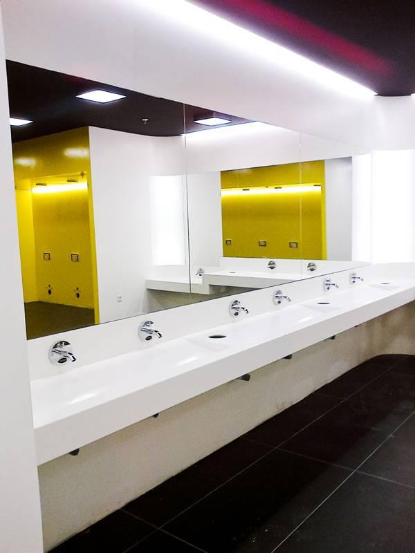 oglinzi mari si pereti placate cu sticla colorata