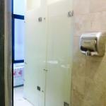 toaleta cu usi din sticla