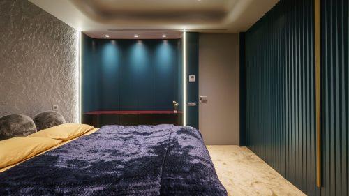 polita din sticla colorata in dormitor