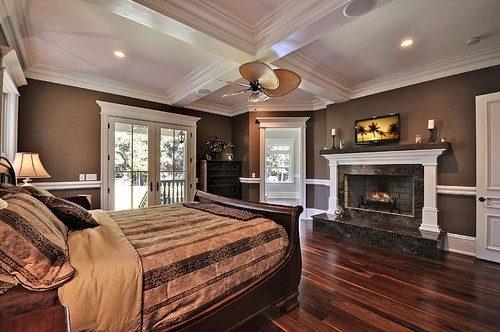 dormitor in nuante de maro si mobilier din lemn masiv