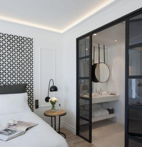 baie in dormitor cu pereti din sticla securizata colorata