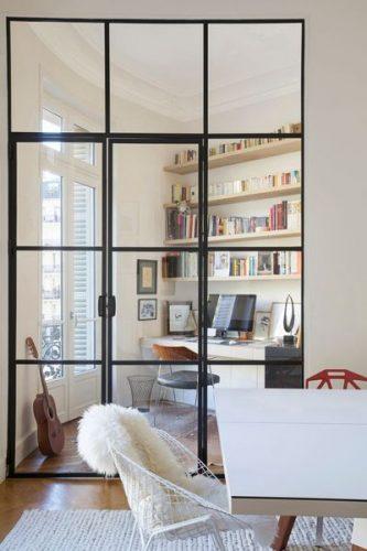 birou in zona de zi cu pereti despartitori din sticla