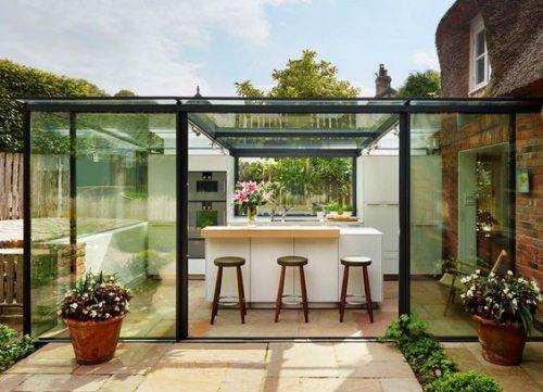 bucatarie de vara cu pereti si tavan din sticla