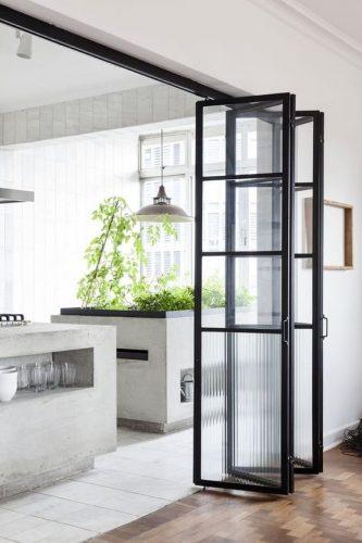 pereti despartitori pliabili pentru delimitarea bucatariei de camera de zi