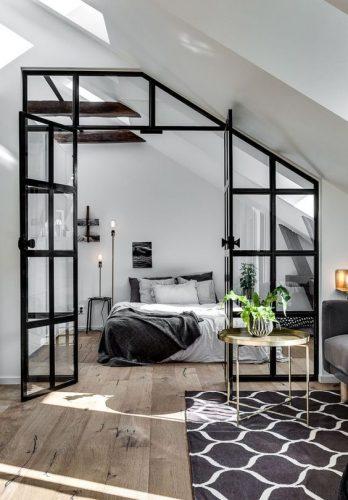 amenajare interioara in stil scandinav dormitor cu pereti si usa din sticla