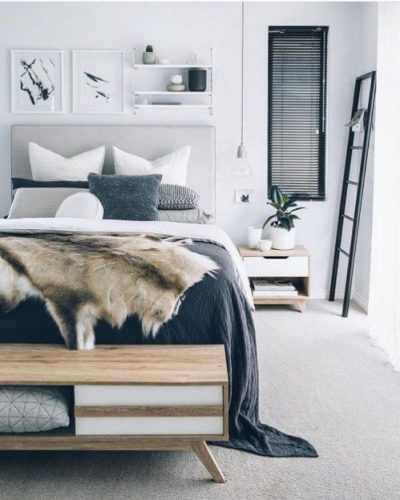 dormitor amenajat in stil scandinav cu patura din blana