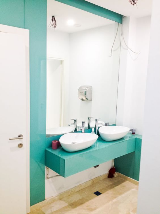 placari cu sticla colorata - pereti baie