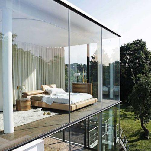 casa cu pereti din sticla