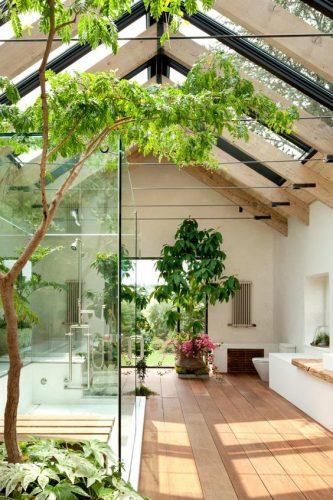 gradina interioara cu pereti din sticla transparenta