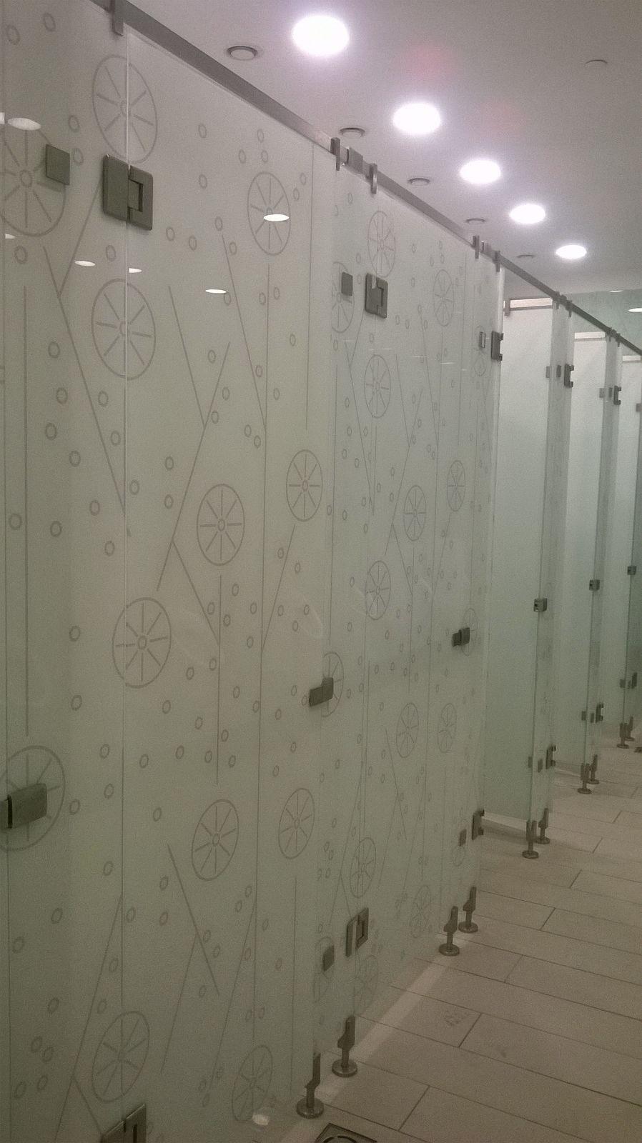 toaleta-cu-usi-din-sticla