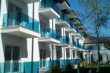 balustrade exterioare din sticla securizata si colorata albastra