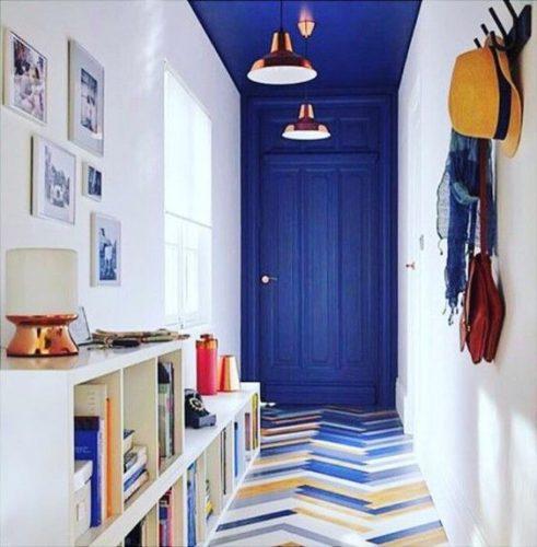 amenajari interioare usa intrare albastra