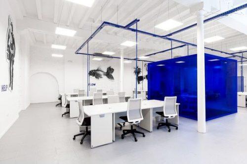 birou din sticla colorata albastra
