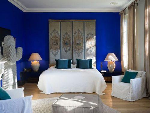 dormitor cu pereti vopsiti in classic blue